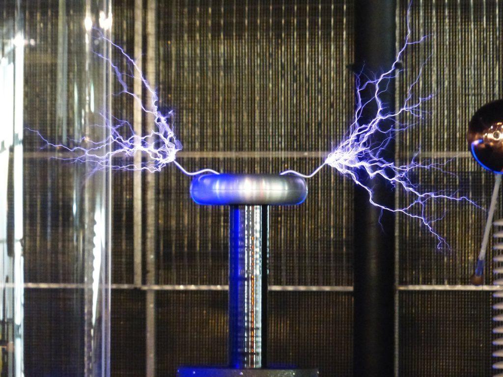 Tesla-Spule mit Blitzen