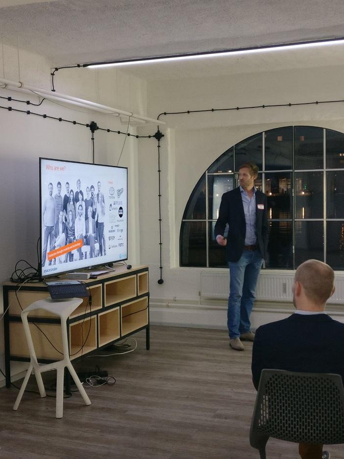 Bas Bruinsma, der vierte Redner auf dem 4. Pr0grammat1c Meetup in den Räumlichkeiten von spacedealer